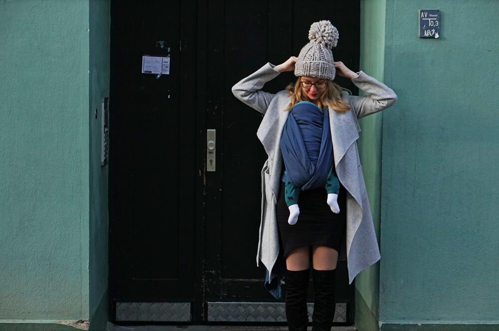Spaziergang in Berlin Prenzlauer Berg mit Baby im Tragetuch