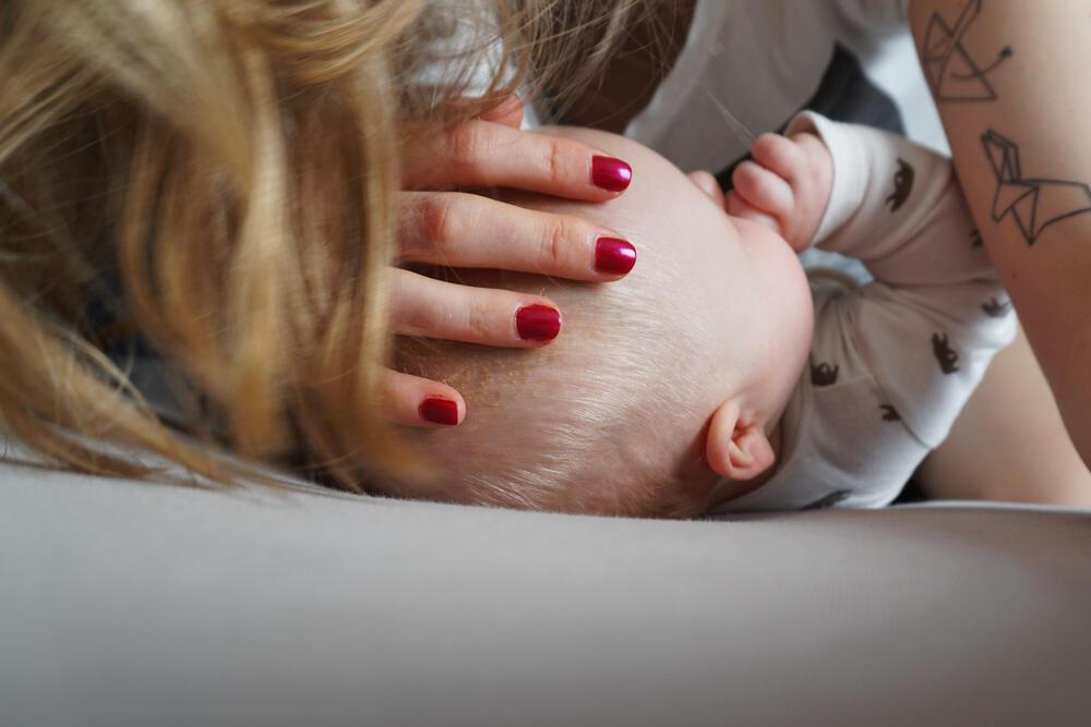 Baby Bett kuscheln Mama