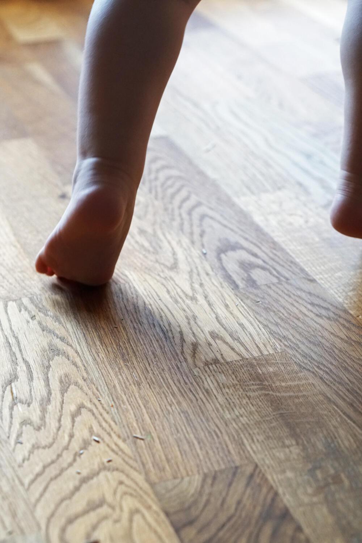 Kleinkind laufen Füße rennen