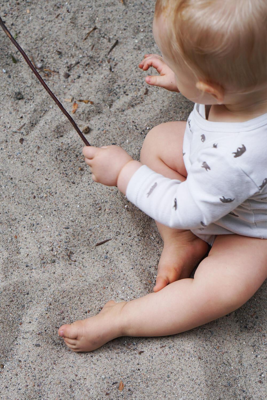 Baby Buddelkasten Sand Stock