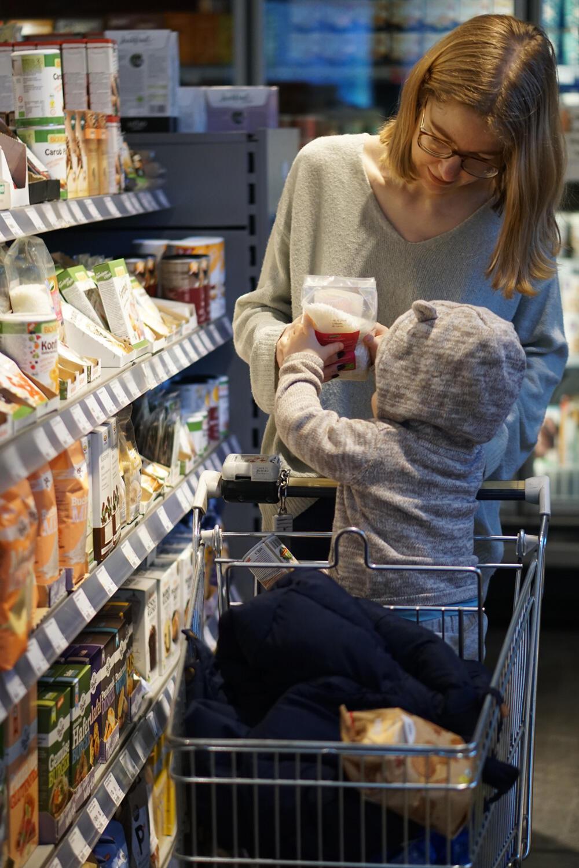 Alltag mit Kind Unser Alltag ist ihre Kindheit Mama und Kleinkind Einkaufen Einkaufswagen