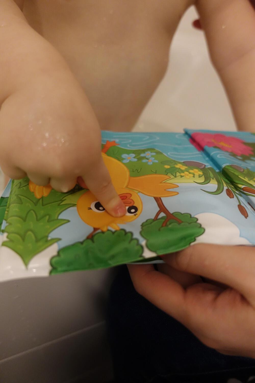 Kleinkind Badebuch Badewanne lesen