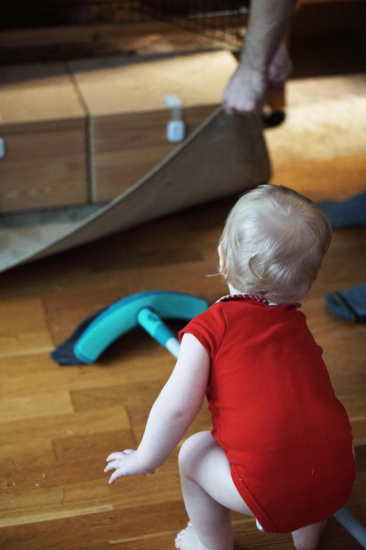 Kleinkind Besen fegen Haushalt