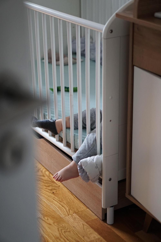 Baby Babybett Bettchen Gitterbett schlafen Füße
