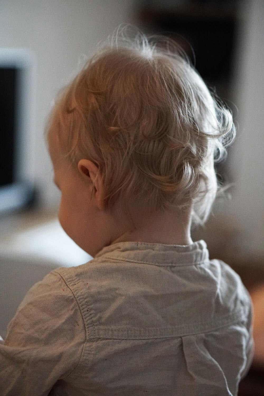 Kleinkind locken blond Frisur Junge