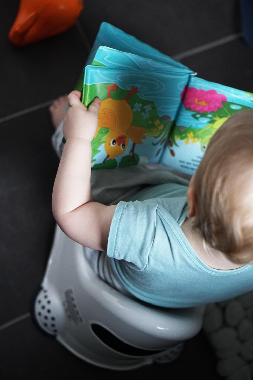 Kleinkind Töpfchen lesen Buch