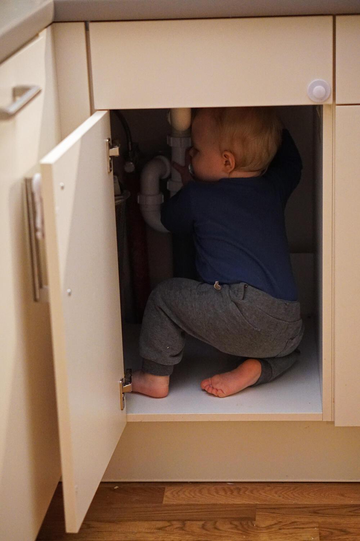 Kleinkind Küchenschrank versteckt verstecken spielen