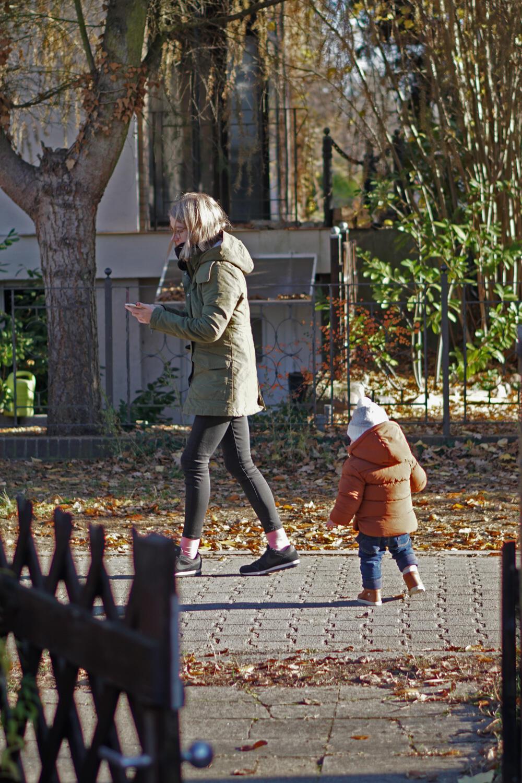 Mama Kleinkind laufen Herbst