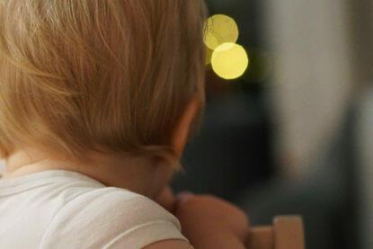 Baby Kleinkind 15 Monate alt Hochstuhl Lichter