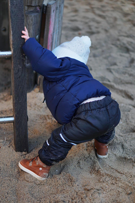Baby Kleinkind 15 Monate alt Spielplatz Winter