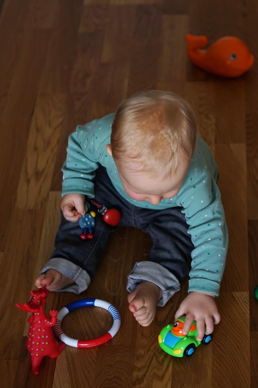 Kleinkind Junge spielen Spielzeug