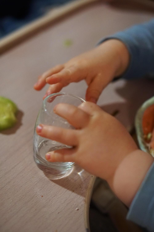 Baby Kleinkind trinken Glas Hochstuhl