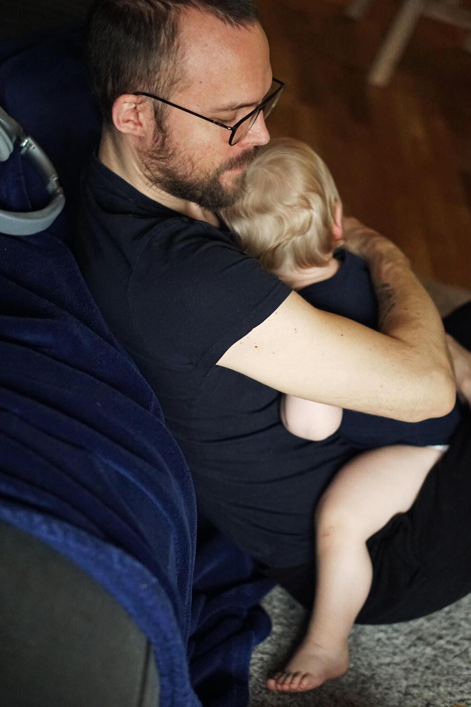 Fieberkrampf Baby Kleinkind was tun Erfahrungen Fieber Baby Papa kuscheln