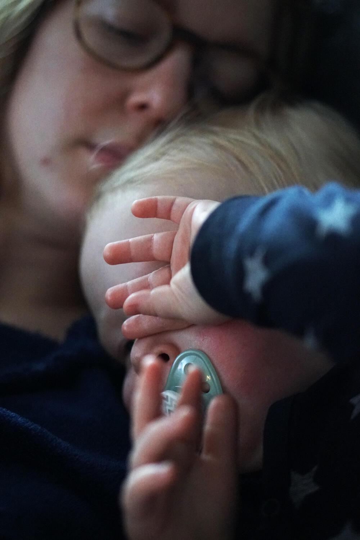 Fieberkrampf Baby Kleinkind was tun Erfahrungen Fieber Baby Mama kuscheln