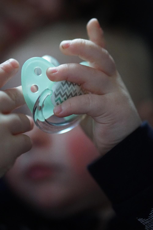 Fieber Baby Kleinkind krank rote Wangen Nuckel Schnuller