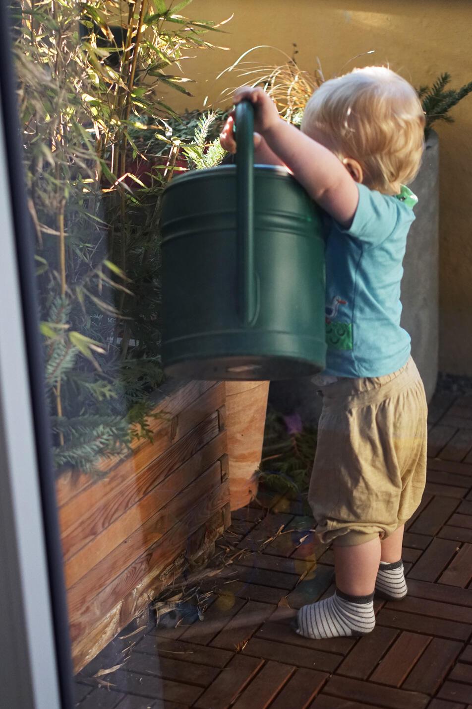 Kleinkind Blumengießen Balkon Gärtner