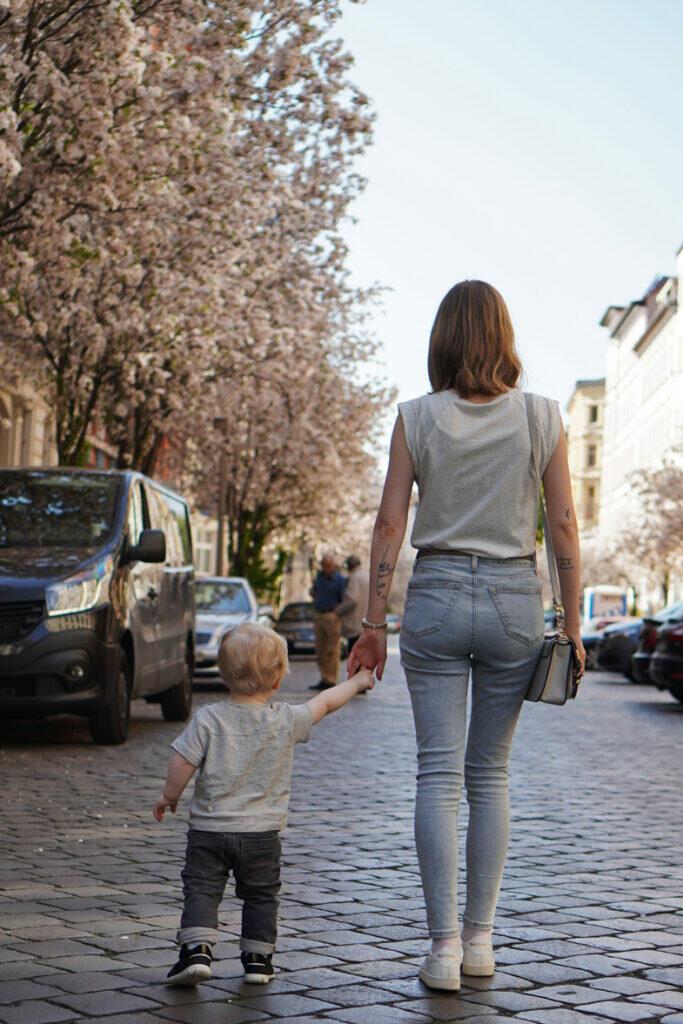 Kirschblüte Berlin Mama und Sohn Kleinkind Straße spazieren Frühling
