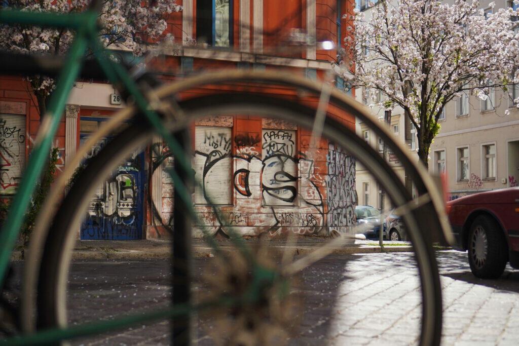 Kirschblüte Berlin Prenzlauer Berg Christinenstraße Kirschbaum Frühling Graffitti Fahrrad