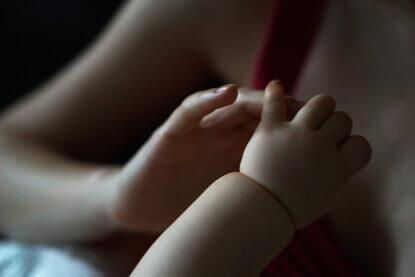 Stillen Kleinkind Hände Mama Baby Hand abgestillt