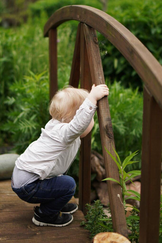 Kleinkind Garten Brücke grün Sommer