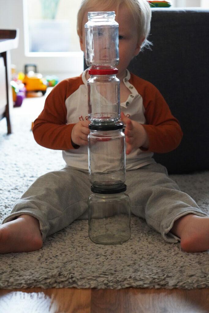 Kleinkind Gläser Turm bauen spielen