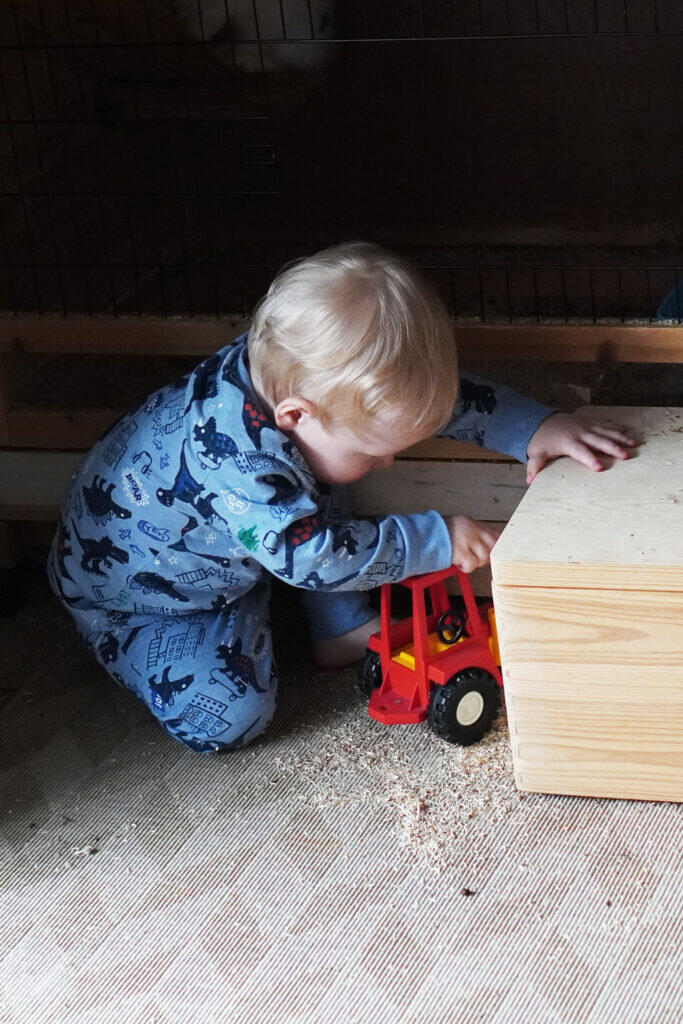 Kleinkind spielen Traktor Spielzeugauto Junge Schlafanzug