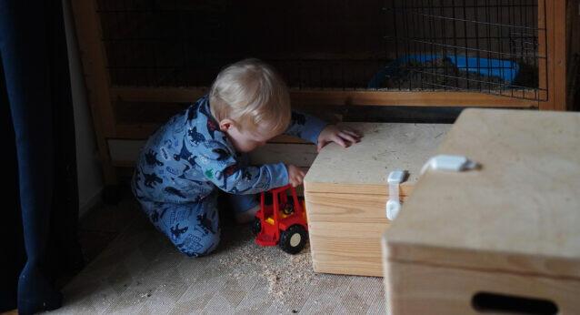 Kleinkind spielen Traktor Junge