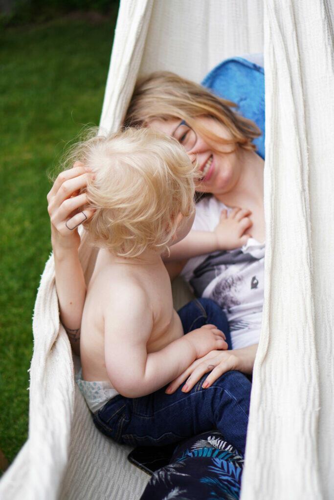 Mama Kind Kleinkind Sohn Hängematte