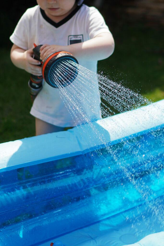 Kleinkind Pool Sommer Garten Rasensprenger Wasser