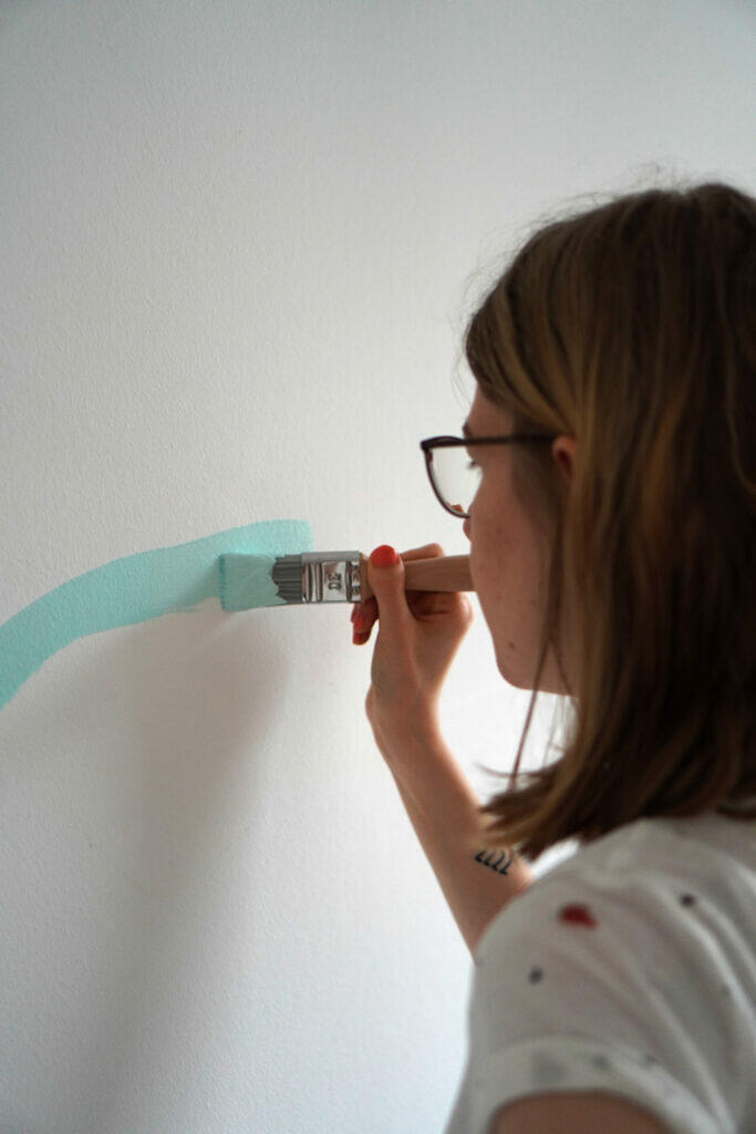Farbe Türkis Wandfarbe streichen Frau