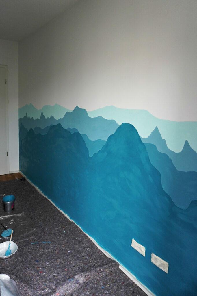 Kinderzimmerwand Kinderzimmer Wand Berge Blau fleckig