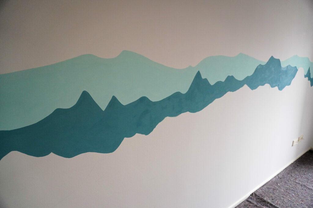 DIY Kinderzimmer Wand streichen Bergkette Berge Alpen