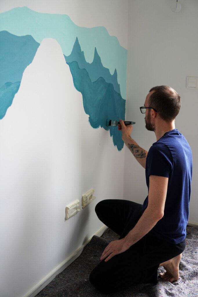 DIY Kinderzimmer Wand streichen Berge blau Papa