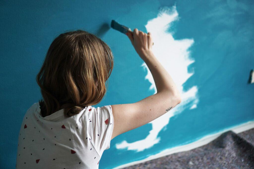 DIY Kinderzimmer Wand streichen Berge blau Mama