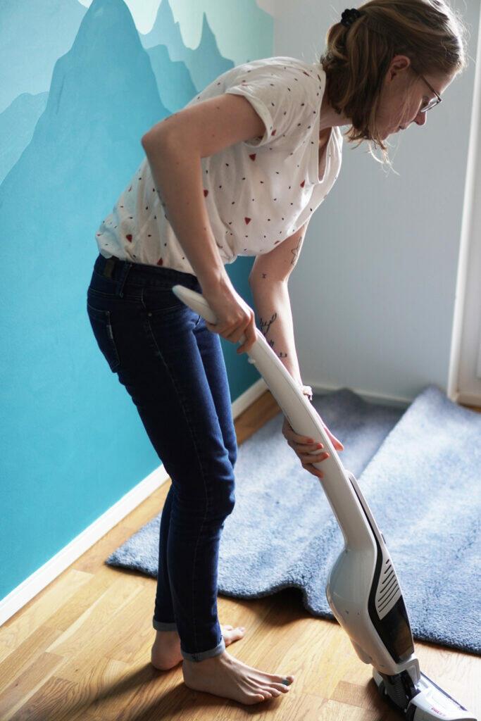 Wand streichen Kinderzimmer aufräumen sauber machen Mama