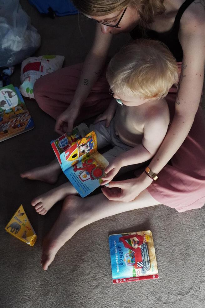 Mama Kleinkind vorlesen Bilderbuch Pixibuch lesen