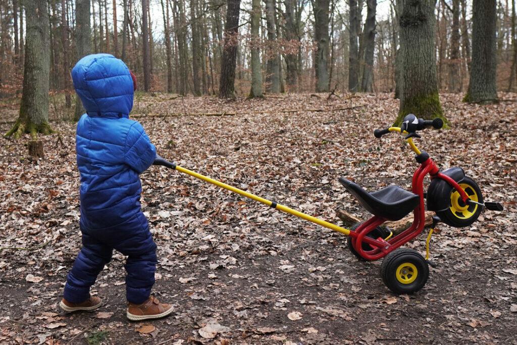 Dreirad Kleinkind Wald Spaziergang Coronaferien Ausflug Berlin