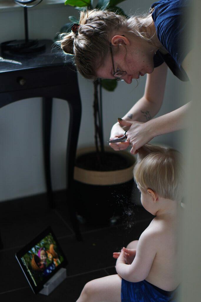 Haare schneiden Kleinkind zu Hause DIY selber machen Haare selber schneiden