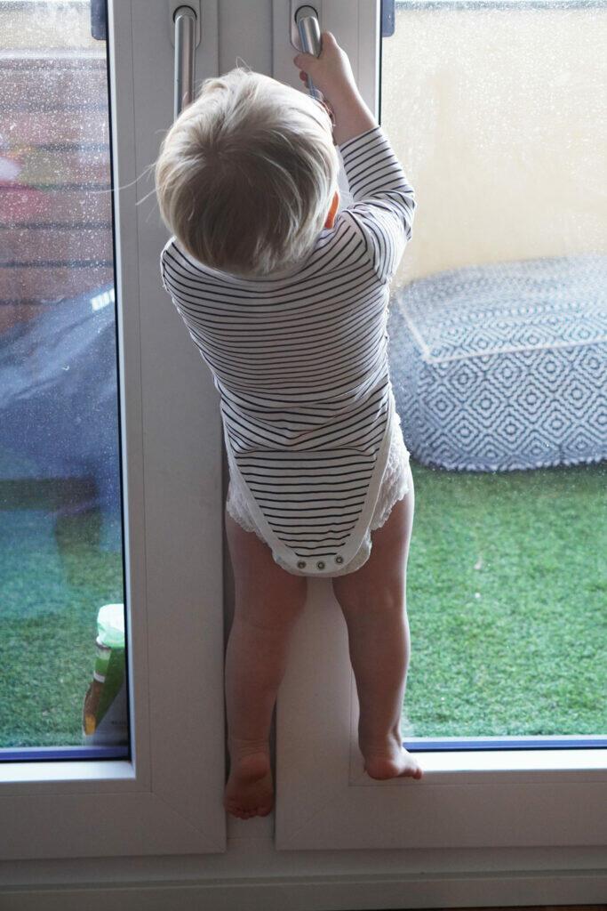 Coronaferien Kleinkind klettern Balkontür
