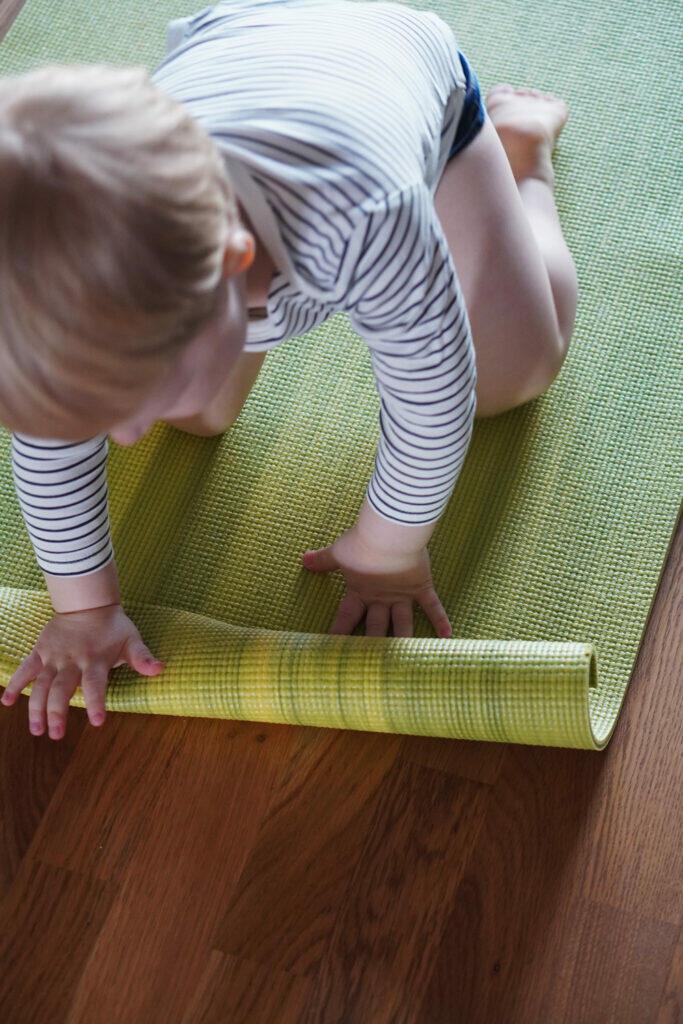 Kleinkind Yogamatte Sport zu Hause Coronaferien Workout