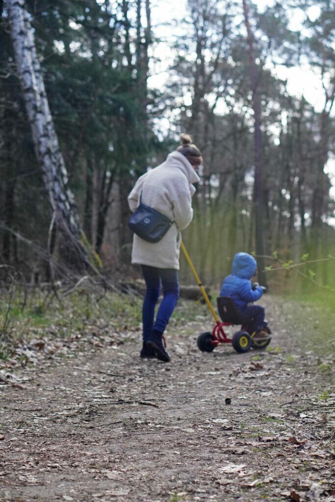 Mama Kleinkind Wald Spaziergang Waldspaziergang Ausflug