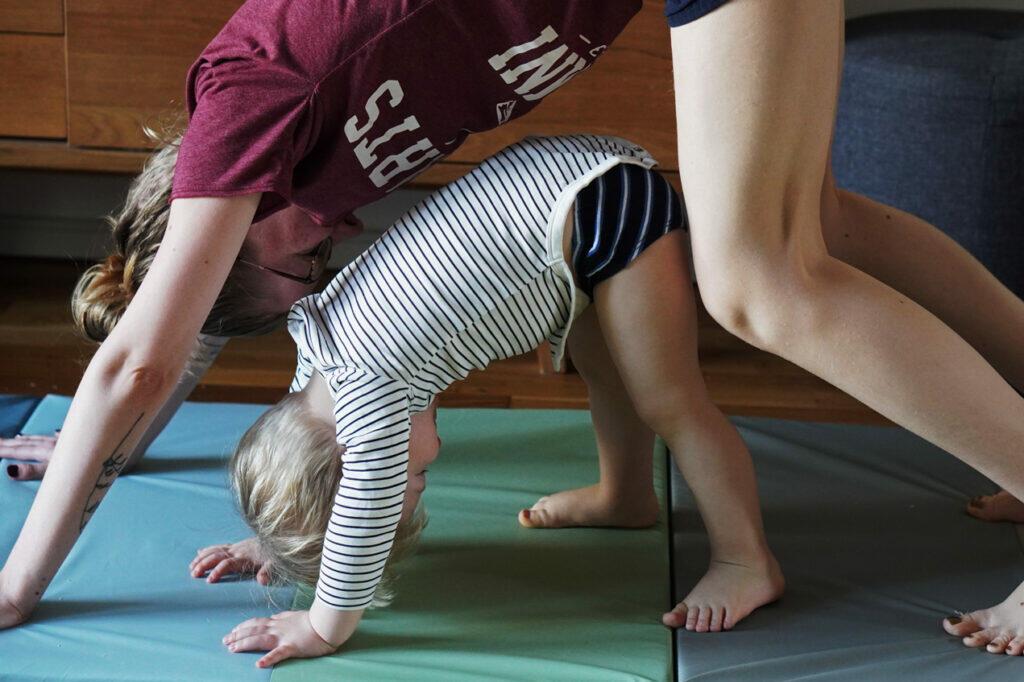 Yoga mit Kind Kleinkind Mama Yoga zu Hause Yogamatte