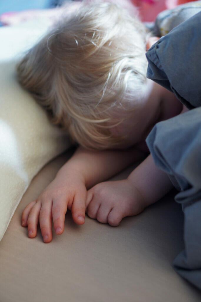 Kleinkind Junge Bett Mittagsschlaf Hände Händchen blond