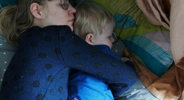 Mama und Sohn Kleinkind Mittagsschlaf kuscheln