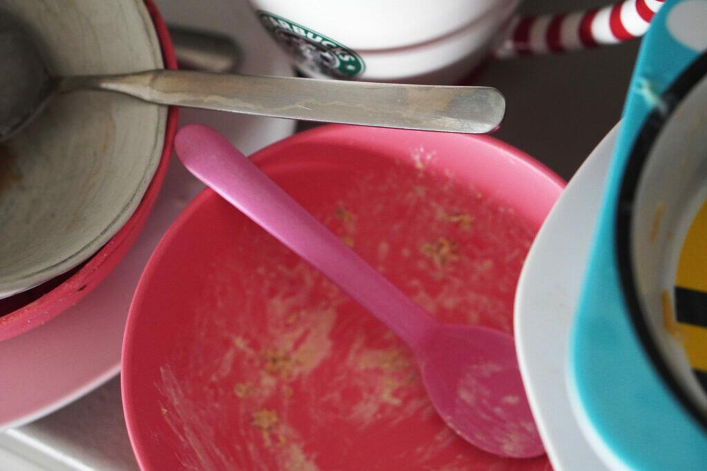 dreckiges Geschirr Unordnung Küche Schüssel Löffel Coronaferien