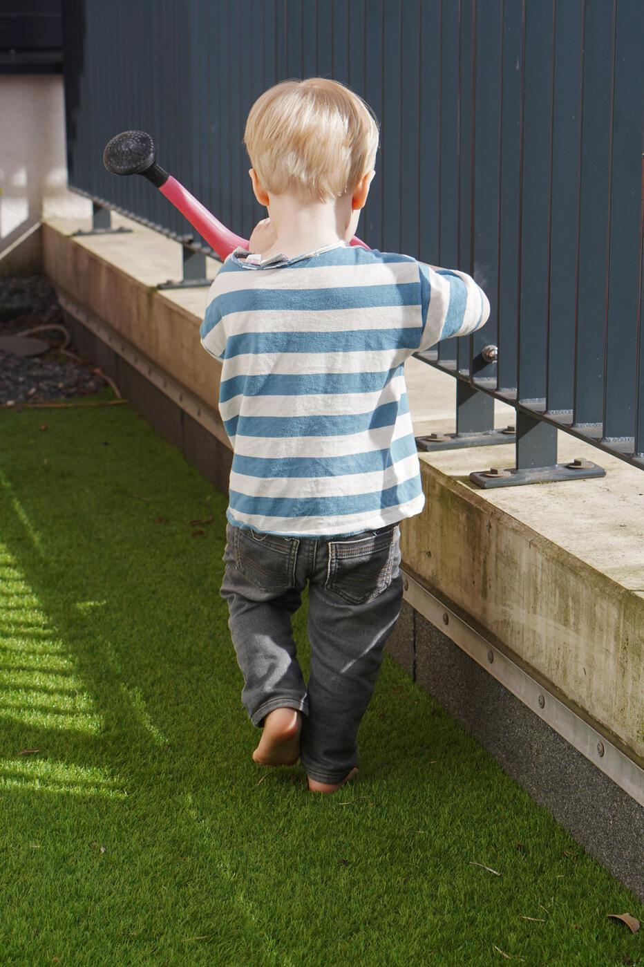 Kleinkind Gießkanne Junge Frühling Rasen Wiese Blumen gießen