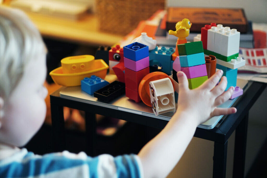 Kleinkind Lego Duplo Home Office Coronaferien Quarantäne Spielzeug