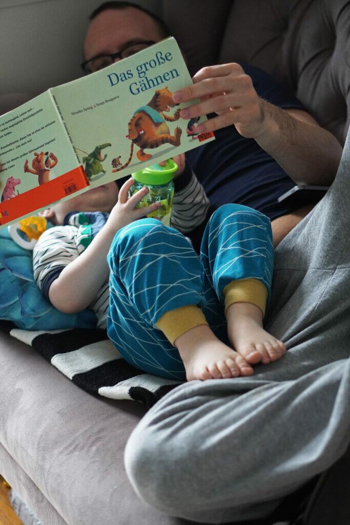 Lesen Vater und Sohn Kleinkind Geschichte vorlesen