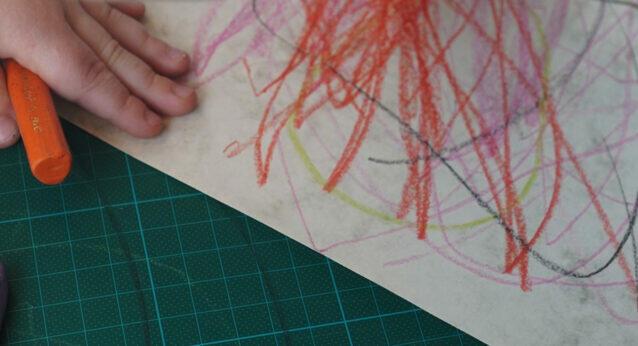 Kleinkind Arm Hand malen Buntstifte