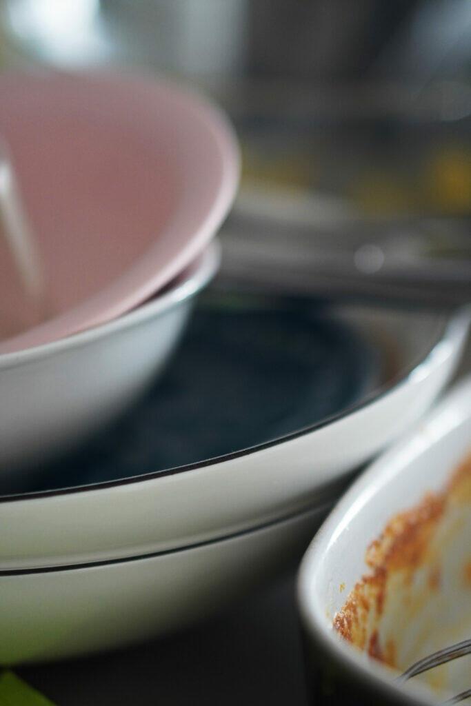 dreckiges Geschirr Unordnung Küche Quarantäne Coronaferien